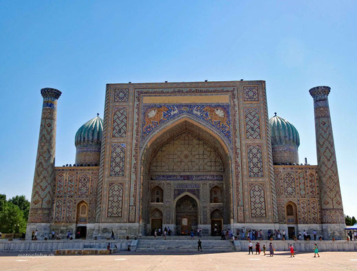 Die Sher Dor Madrase auf dem Registan Platz