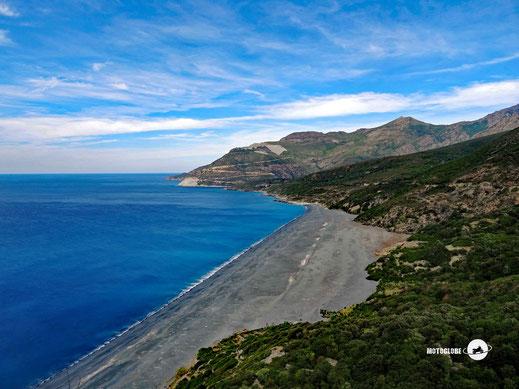 Der grüngrau Strand von Nonza