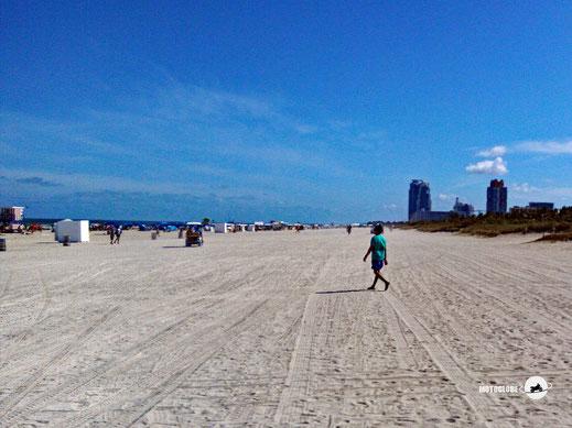Strand, Menschen, Hochhäuser, blauer Himmel, Meer