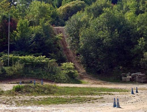 Motorradreisen Schotter, Gebüsch und Strasse den Hügel hoch