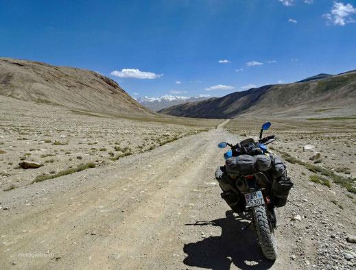 Kurz nach der Passhöhe erscheinen die Afghanischen Schneeberge