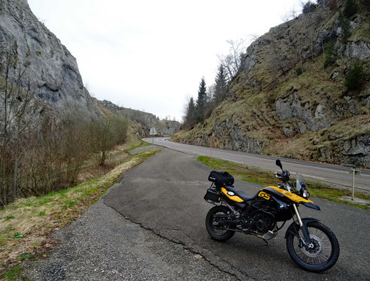 Motorradreisen: Die BMW f800GS parkiert auf einem kleinen Rastplatz auf der Strasse nach Chaux-Du-Dombief.