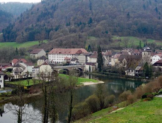 Motorradreisen: Von einem kleine Parkplatz aus haben wir einen schönen Blick auf die Ortschaft Saint-Hippolyte am Fluss Doubs.