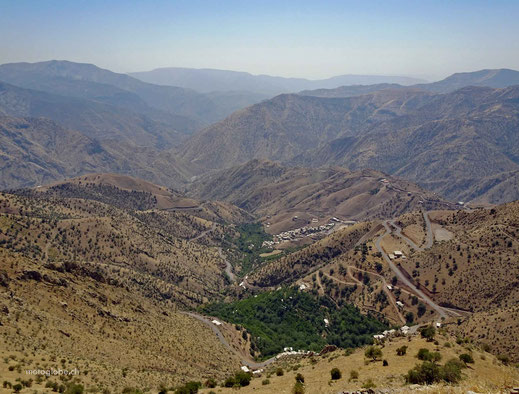Die Ortschaft Nowsud und dahinter die irakischen Berge