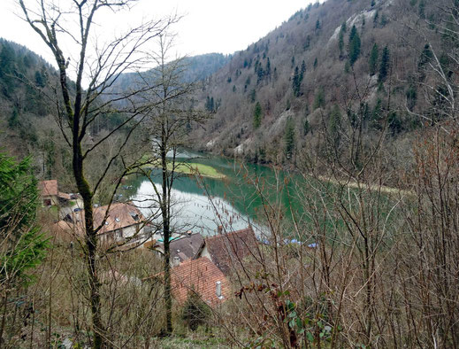 Motorradreisen: Auf der Fahrt auf der Strasse zur kleinen Siedlung Biauford im Jura hat man schöne Ausblicke auf den Fluss Doubs.