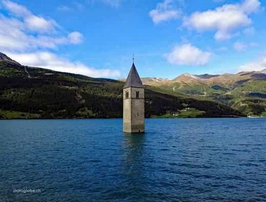 Der berühmte Kirchturm im Reschensee auf dem gleichnamigen Pass