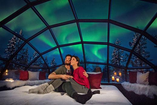 Sobald es dunkel ist, kann man aus dem Glasdach des Iglus, eng an den Partner beziehungsweise die Partnerin gekuschelt, die Polarlichter beobachten.  Foto: djd/mydays.de