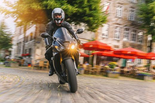 Entspannt und sicher cruisen: Der Zustand der Motorradreifen hat entscheidenden Einfluss auf die Fahrsicherheit.  Foto: djd/MotorradreifenDirekt.de/Getty