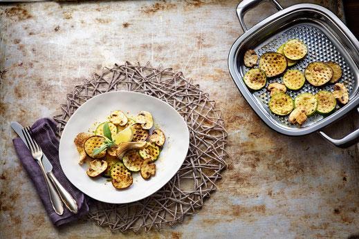 Einen sommerlichen Grill-Look bekommt gegrilltes Gemüse mit Pilzen mit einer speziellen Pfanne mit Pyramidenstruktur.  Foto: djd/AMC