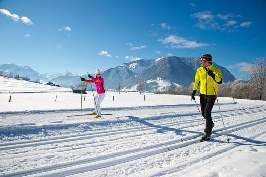 Sonnige Loipen, Tausende von Pistenkilometern und viel winterliche Erholung erwartet Wintersportler im Salzburger Pinzgau.  Foto: djd/Tourismusverband Maishofen/Gruber Michael