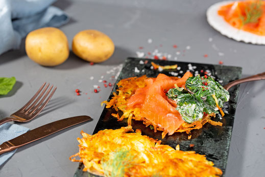 Leckere Farbtupfer für graue Tage: Spinat-Rösti mit Räucherlachs schaffen Genussmomente im Alltag.  Foto: djd/www.iglo.de