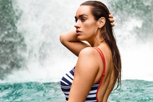 Kein Sommer ohne Streifenmuster - das gilt auch 2018. Der Badeanzug von Prima Donna ist mit eleganten roten Paspeln verziert.  Foto: Prima Donna
