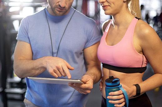 Fitnesstrainer Frau Training Vorbereitung Schweiz