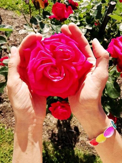 Hände, Armband, bunt, rot, pink, Rose, Kreativität, Katharina Steiner, Wien, Kath Visual