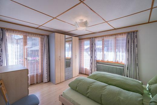 Schlafzimmer Ferienwohnung Alpfrieden in Grächen