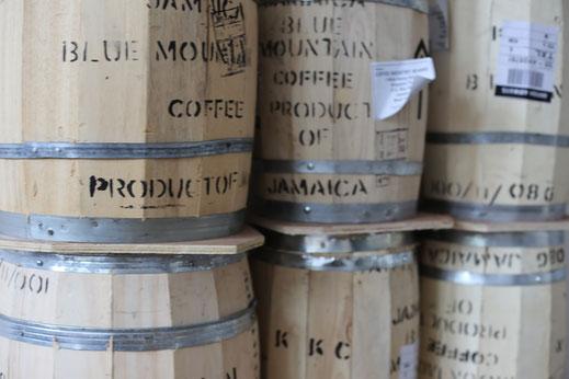 Holzfässer mit Rohkaffee