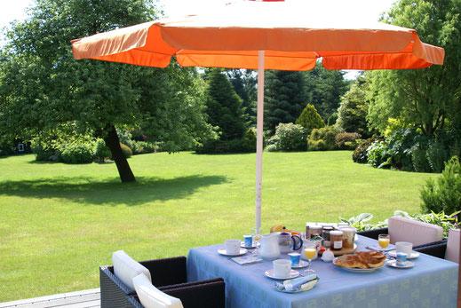 Petit déjeuner aux Jardins de la Pérouse du Mitan, chambres d'hôtes  près de Fougères, non loin du Mont Saint Michel.