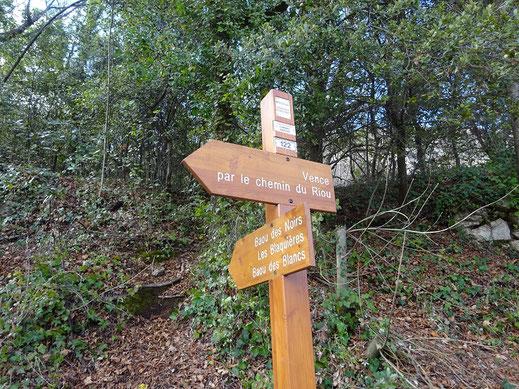 La balise 122 marque le début du sentier qui monte en forêt