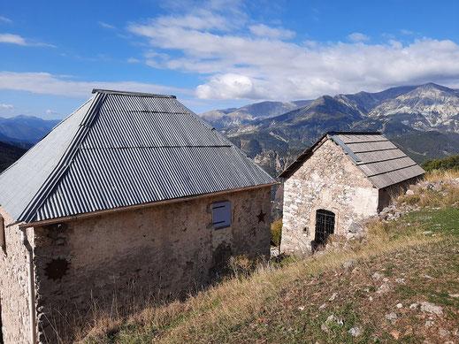L'église Notre-Dame-des-Neiges et une des rares maisons restaurées