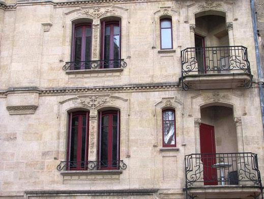 Très bel immeuble face à la flèche Saint-Michel