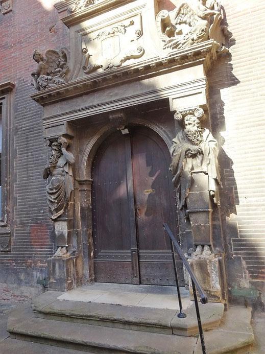 Porte dans la cour intérieure de l'Hôtel de Clary, décorée avec deux atlantes vieillards