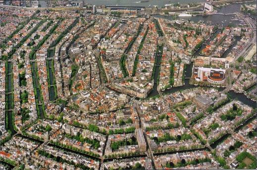 Photo Wikimedia (https://commons.wikimedia.org/wiki/File:Amsterdam_Aerial.jpg)