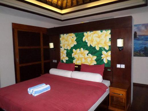Une des deux chambres avec derrière un grand dressing