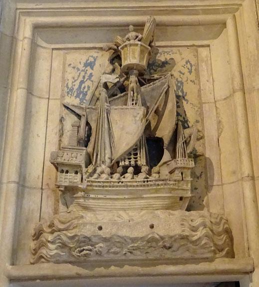 """Galée sculptée au tympan de la porte de la chambre """"des galées"""""""