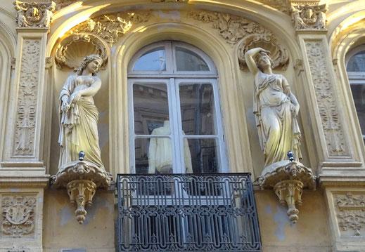 La façade n'est pas en pierre mais en brique enduite