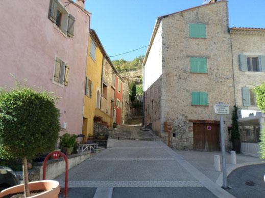 La balise 26 se trouve sur la place du village de Cipières