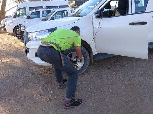 Dégonflage des pneus à 1,5 bar avec le petit compresseur muni d'un manomètre