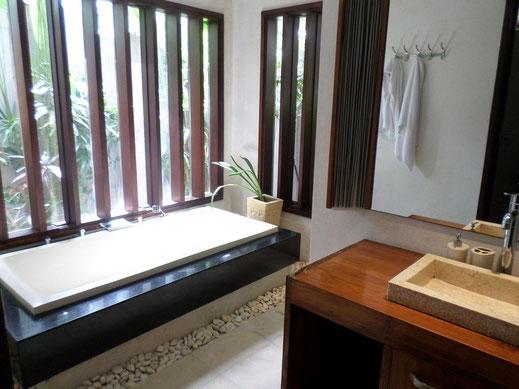 Une des salles de bain qui comporte aussi une douche