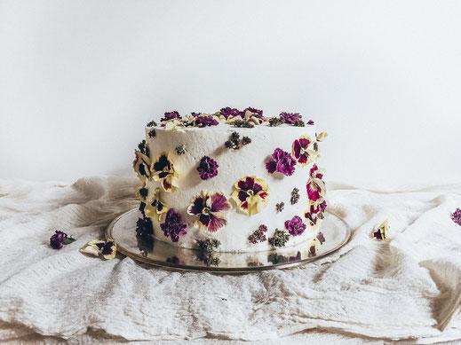 Torte mit essbaren Blüten