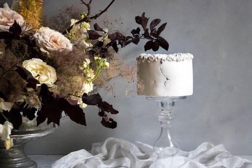 Glamouröse Torte mit Blattgold und Dahlie