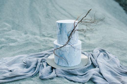 Torte in blauer Steinoptik