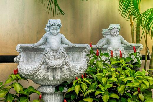 Figuren zwischen blühendem Ingwer in Georgetown auf der Insel Penang