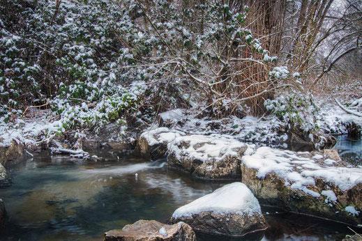 Wasser und Steine an einem kleinen Wehr im Winter © Jutta M. Jenning www.mjpics.de