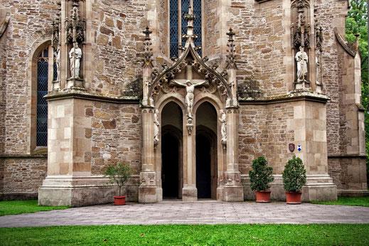 Eingang-in-eine-spätgotische-Pfarrkirche