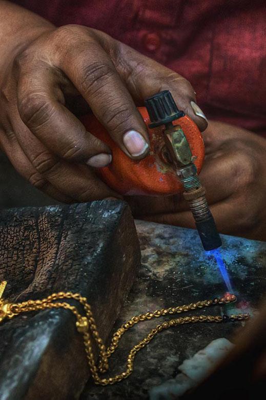 Goldschmied bei der Arbeit in Georgetown © Jutta M. Jenning ♦www.mjpics.de