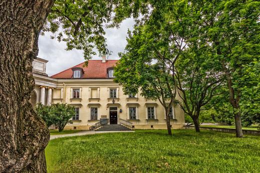 Wunderschönes Gebäude in einem Park in Warschau © Jutta M. Jenning