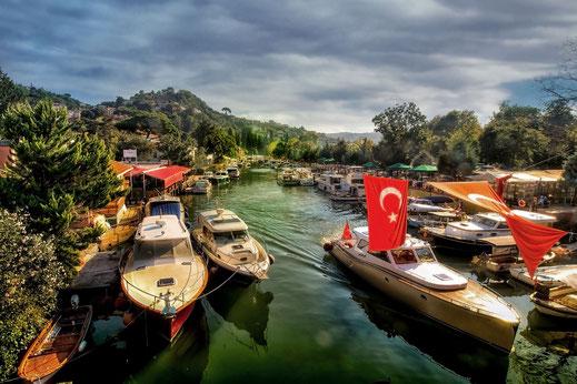Boote in Anadolu Hisari am Göksu