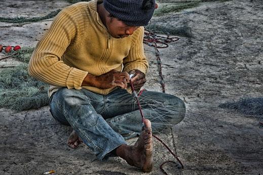 Fischer beim Netzt flicken in Marsaxlokk Malta