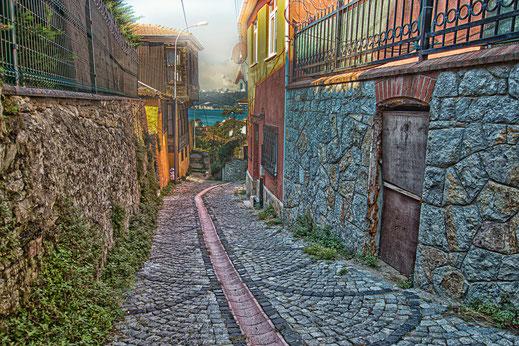 Kleine Gasse in Anadolu Hisari in Istanbul-Türkei