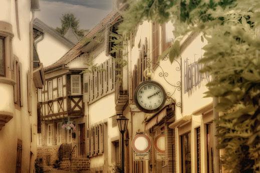 Verträumte Gasse in Meisenheim mit Uhr © www.mjpics.de