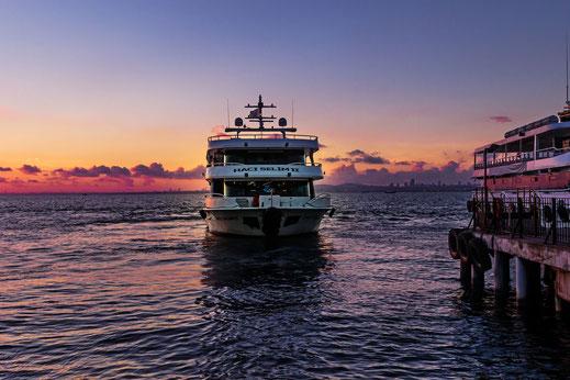 Fährschiff im Sonnenuntergang auf der Prinzeninsel Büyükada