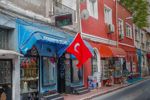 Kleine hübsche Souvenierläden in Istanbuls Strassen, die zum Stöbern einladen