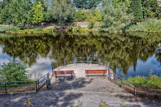 Ruhebänke am Schwanensee in der Lutherstadt Wittenberg