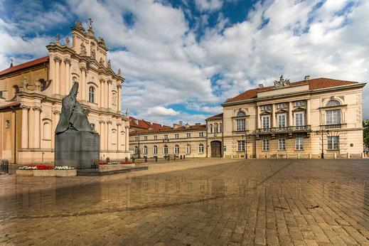 Sankt Josephs Kirche in Warschau mit Vorplatz und Denkmal