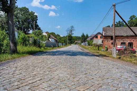 Dorf mit Kopsteinpflaster in Polen