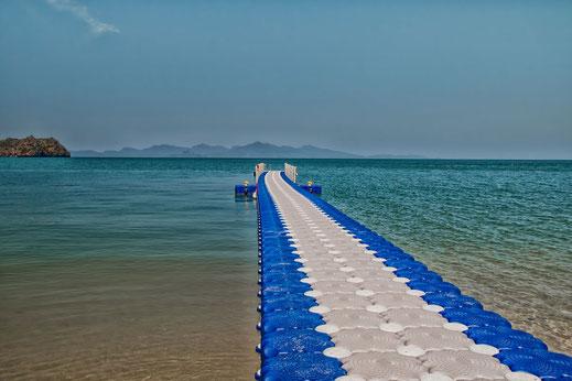 Ein blau-weisser Steg führt ins azurblaue Meer auf Langkawi in Tanjung Rhu Fotos kostenlos dowwnloaden bei www.mjpics.de